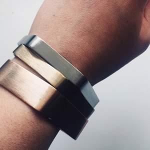 Tre armband i olika metallnyanser. Inköpta på Bimba y Lola i Barcelona för ca 400kr. Jättefint skick!