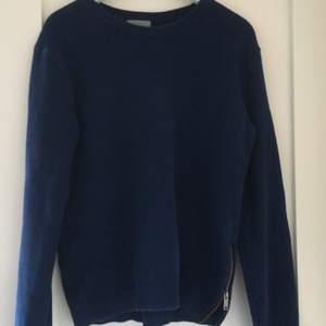 Mörkblå tröja från COS, unisex