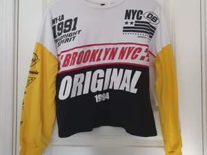 En så cool tröja ifrån H&M. Frakten ingår :)