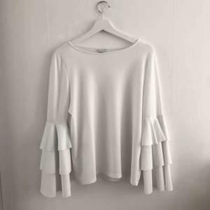 Jättefin volang tröja, i storlek L men passar även en S-M. Nypris: 299:-
