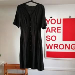 Svart halvlång klänning från Gina Tricot. Storlek 38. Frakt 22kr.