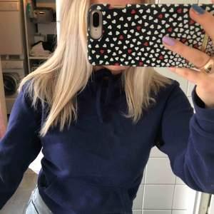 Marinblå hoodie relativt tunn men ändå varm! Sitter supersnyggt😍