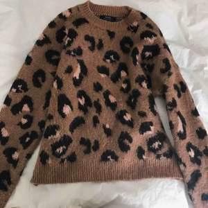 Tjocktröja från bershka i leopard mönster. Super mysig och endast använt ett par fåtal gånger.