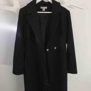 Snygg lång kappa från H&M. Bra skick, band ingår.  (Frakt ingår i priset)