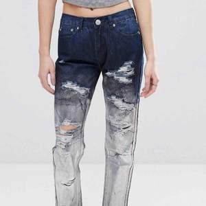 Low waist jeans från märket Glamorous, köpt på asos. Plagget är mörkblå färg som fadear över till en silvrig holografisk yta, perfekta byxor till vardag som fest. Jag upplever dem små i storleken så ha det i åtanke, frakt ingår i priset. Org.pris 655kr 🌹