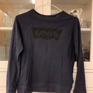 Levis tröja j gott skick. Marin blå med svart tryck.  Köpare står för frakt om upphämtning ej är ett alternativ.