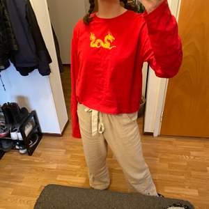 En röd långärmad tröja från /STAY i storlek L. På framsidan är det en skitball gul drake!! Hör av er vid intresse!!