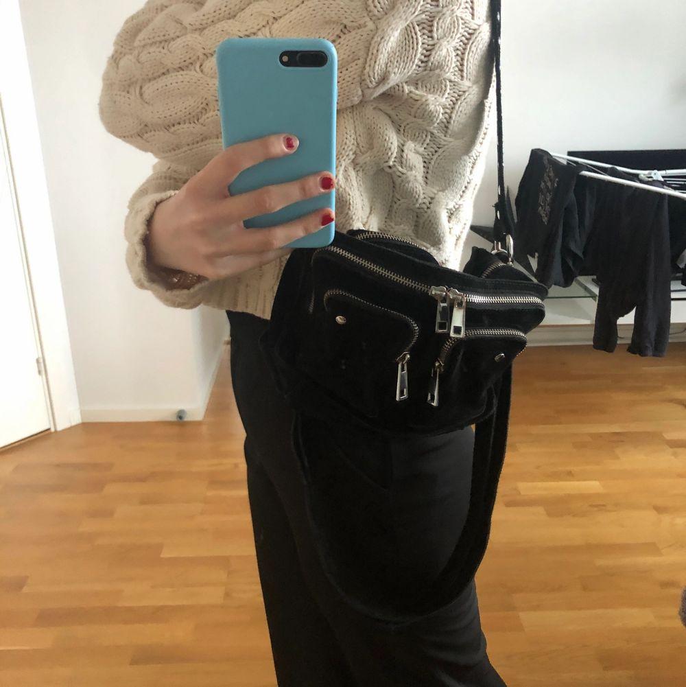 Säljer denna svarta sammets nunoo väska då den ej kommer till användning längre. Använd en del men den är i bra skicka, inga defekter eller linkade! Köpt för 1200 kr! Hör av er vid frågor eller fler bilder!💖💖. Väskor.