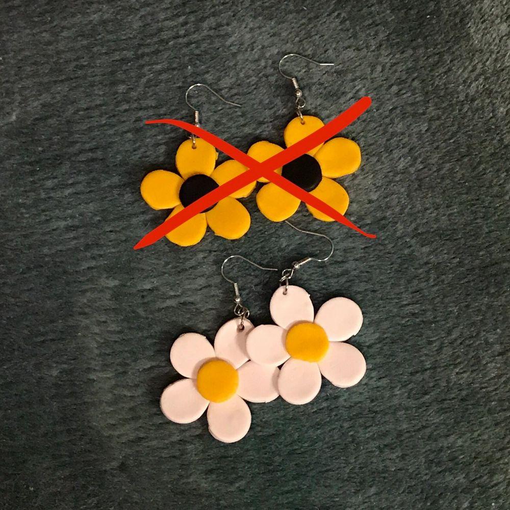 söta örhängen med blommor gjorda av lera och är nickelfria 🌸 en perfekt och unik julklapp! 🥰 11 kr frakt tillkommer 🧡. Accessoarer.