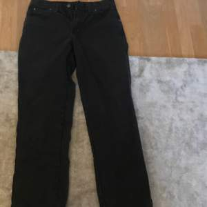 Jävligt snygga dickies byxor, har tyvärr slitning på högre benet. Man kan se slitningen på andra bilden men om någon vill ha en bättre bild så skriv till mig privat.
