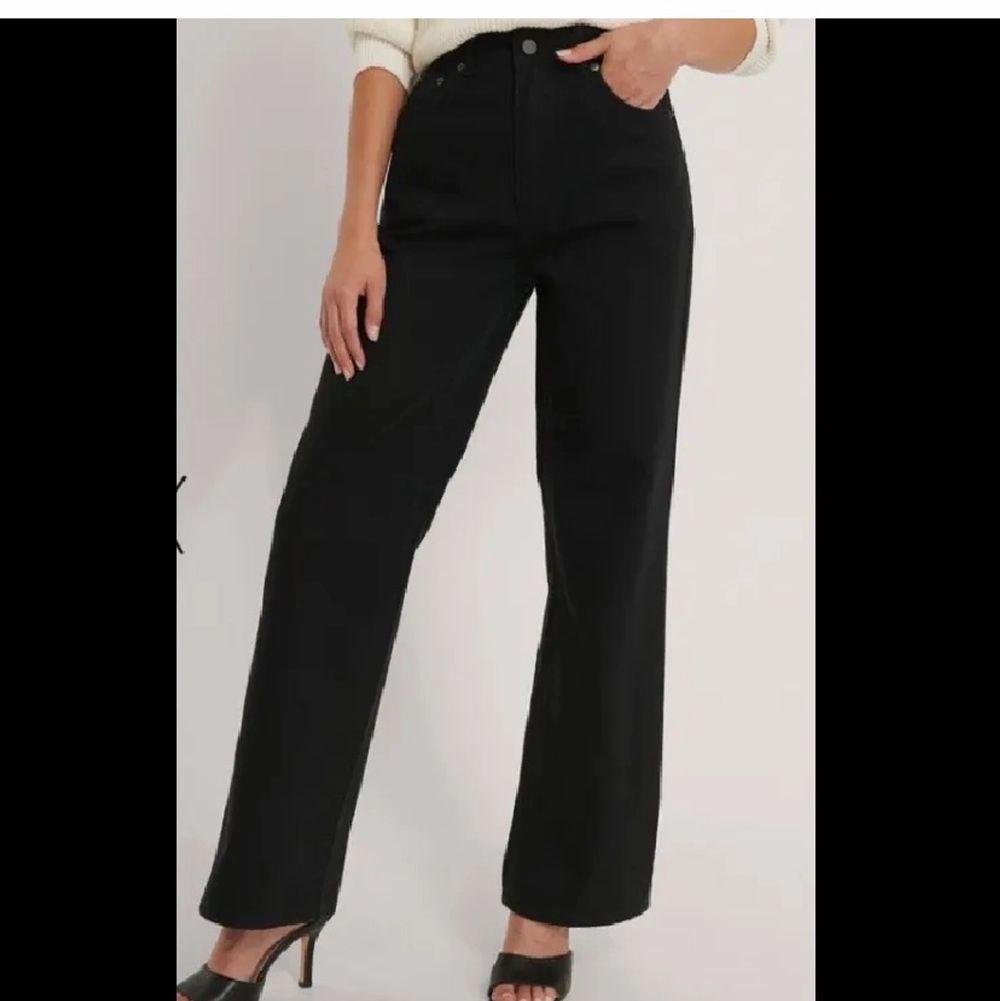 Säljer dessa jeans från NAKD, supersnygga dock ville jag ha dem längre därav så säljer jag dem🥰. Jeans & Byxor.