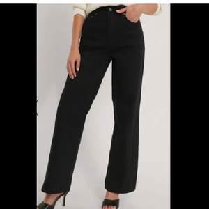 Säljer dessa jeans från NAKD, supersnygga dock ville jag ha dem längre därav så säljer jag dem🥰