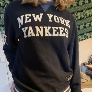 Jättesnygg New York Yankees tröja som tyvärr inte används. Den är använd och lite noppig men har annars inga defekter.❣️