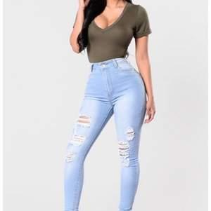 Fashion Nova jeans, super stretchiga, storlek 3/4 passar vanlig 36/34. Använd max 3 gånger. Inga fel/slitningar etc. Om flera vill ha börjar budgivning💕