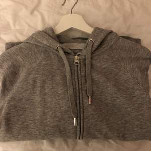 Zip hoodie från Cubus. Grå och storlek M. Jag har vanligtvis storlek s och den sitter bra på mig. Passar XS-M.
