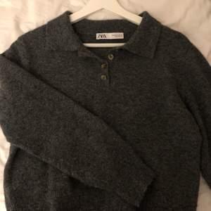Stickad lite cropped tröja från zara. Storlek m men passar xs-m skulle jag säga, beroende på hur man vill att det ska sitta. Fint skick. Många intresserade, buda i kommentarerna!