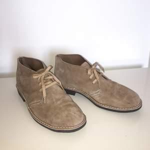 NYA snygga och praktiska skor från Stålex/Arbesko som har bl.a. stålhätta fram och är certifierade för att användas som arbetsskor. Storlek 8, dvs. 42/43. 📦 Har Swish. Kan skickas. Djurfritt & rökfritt hem. #mocka #suede #arbetssko #stålhätta #skor #skor #herr #herrskor #beige #stålex #nya