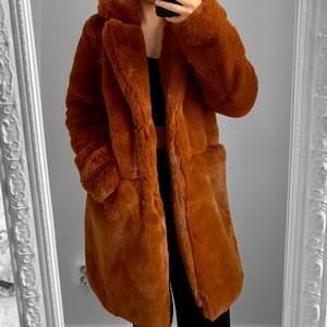 NY orange/brun pälskappa från Amisu, storlek 34. Nypris 600kr.  Hämtas i Sundbyberg eller fraktas. Frakt kostar 99kr extra, postar med videobevis. Jag garanterar en snabb och pålitlig affär!🌸