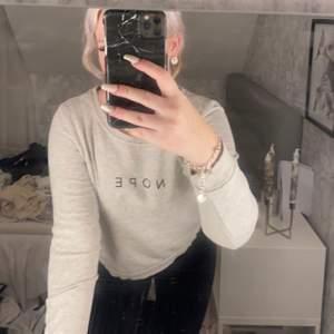 """grå sweatshirt från only med texten """"nope"""" på. Använd ett par antal gånger 💖"""