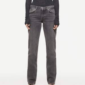 De populära skitsnygga jeansen från zara som är helt slutsålda på hemsidan!! Aldrig använda med lappen kvar😁 (frakt tillkommer)
