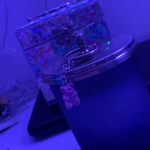 Jag säljer denna fina silverfärgade nyckelring med en rosa gummibjörns berlock <3
