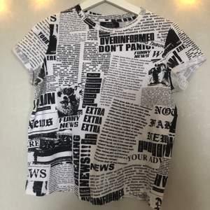 Snygg t-shirt köpt på Bershka i Prag. Har används ca 6 gånger och är i väldigt bra skick! Säljs pga den inte är min stil :/ Köparen står för frakt (66kr spårbartpaket,45 kr ej spårbart) kan även mötas upp i Malmö💓💞💗💘💕💖
