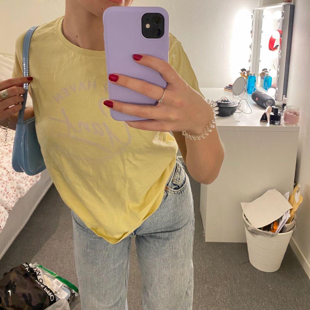 Säljer en gant T-shirt som passar jättebra till sommaren, den är i storlek S💕✨ . T-shirts.