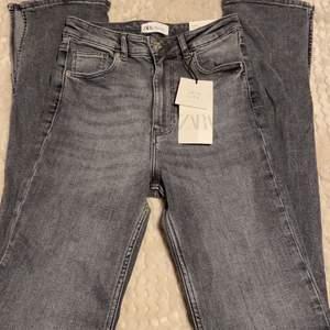 Säljer min gråa zara jeans med slits (endas testade)! Storlek 36 är lite långa på mig som är 164 men funkar med skor på. 200kr + 63kr spårbar frakt. Hämtas annars i Sandviken.