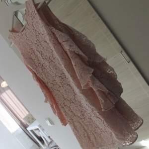 Säljer denna fantastiska klänning i en fin ljusrosa färg. Materialet är spets av lite tjockare slag och av bra kvalitet. Kostade ny lite dyrare än vad Mangos klänningar brukar kosta, därav priset. Aldrig använd och därav - nyskick!!💕