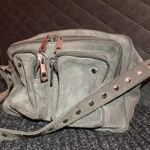 INTRESSEKOLL! Super fin Nunoo väska i modellen Ellie i mocka. Väldigt sparsamt använd, den är som helt ny💓 Självklart helt äkta! Köpte den för 1399kr. Säljer för 400kr eller bud💕💕