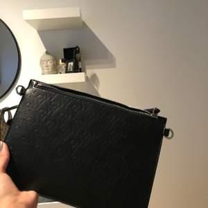 Oanvänd Carin Wester väska, svart men monogram, skit snygg och perfekt för utgång eller till skolan,helt ny