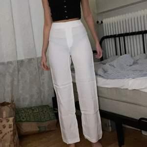 Vita kostymbyxor som är som nya då de har använts en gång. De är köpta ifrån H&M och har inga defekter. Eftersom att de är tunna är det inga problem att ha vita tights under, då de är genomskinliga. Läs gärna mina villkor! 🧚🏼💓