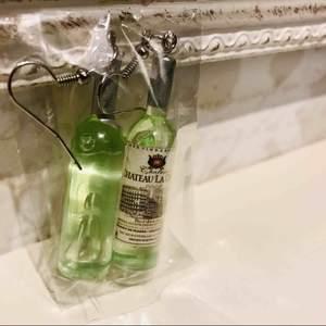 🤘🍾🥂😀Nya Plomberade äntligen här. Dropp AKRYL  Örhängen.Likör flaskor ett par snygga Örhängen. Nya &  inplastade. Detaljer/Mått utan krok 6CM med ca 8cm. Färg likör grönt.Bjuder på portot 🌷och en glittrig etuiet + kommer med present box.