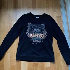 Kenzo sweatshirt limeted edition. Köpt på NK i Göteborg. Sparsamt använd. Fint skick. Köparen betalar frakt 59 kr.