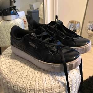 superfina skor från puma i storlek 36, jag har dock 36-37 & de passar mig. köpta för cirka 900kr. använda ett tiotal gånger men i bra skick. köparen står för frakt, cirka 50kr.