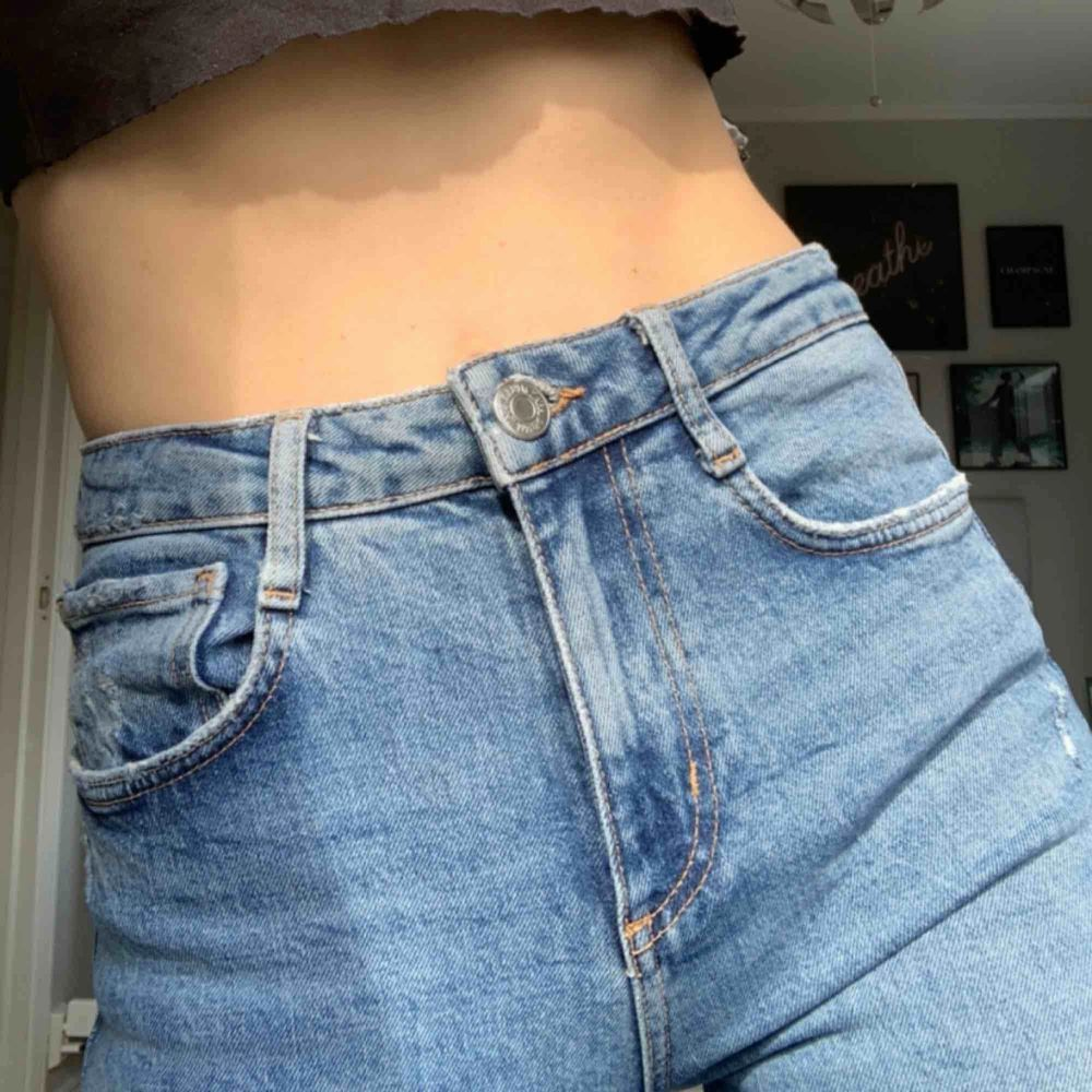 Zara blue pants with rips in the knees. Worn a couple of times. Bought for 600 kr selling for 350kr. Meet up in stockholm or pay for shipping 💞. Jeans & Byxor.