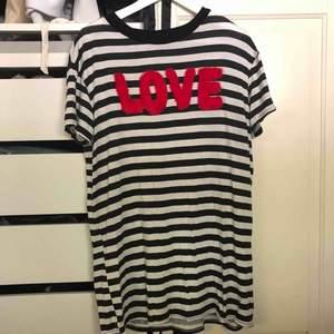 Skitball t-shirt klänning från pretty Little tving med med texten love i röd fuskpäls. ⚡️ funkar både som klänning och T-shirt! Köparen står för frakten