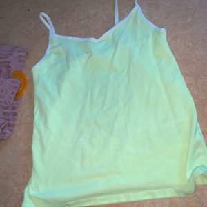 Neon linne, mer neon gul irl. Super fin och använd 2 gånger så bra skick