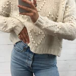 💞 Stickad tröja från Chiquelle med supergulliga hjärtan. Perfekt till svalare sommardagar. Väldigt fint skick! Hör av er vid intresse. 💞