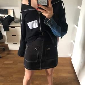 Svart kjol med coola detaljer på fickorna! Använd två gånger och i finfint skick :) Dragkedja bak som är något svårt att få upp (var så när jag fick den).