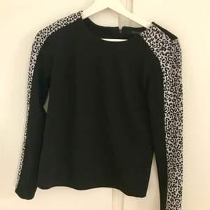 En svart tröja med svartvita leopard detaljer på armarna. Från forever 21. I storlek S. Frakt tillkommer. Priset går att diskutera. Högst bud vinner om flera är intresserade. Vid frågor så är det bara att höra av sig.