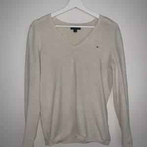 Superskön stickad tröja från Tommy Hilfiger i en beige/ krämvit färg. Perfekt året runt! Storlek S, 170kr+frakt 💫
