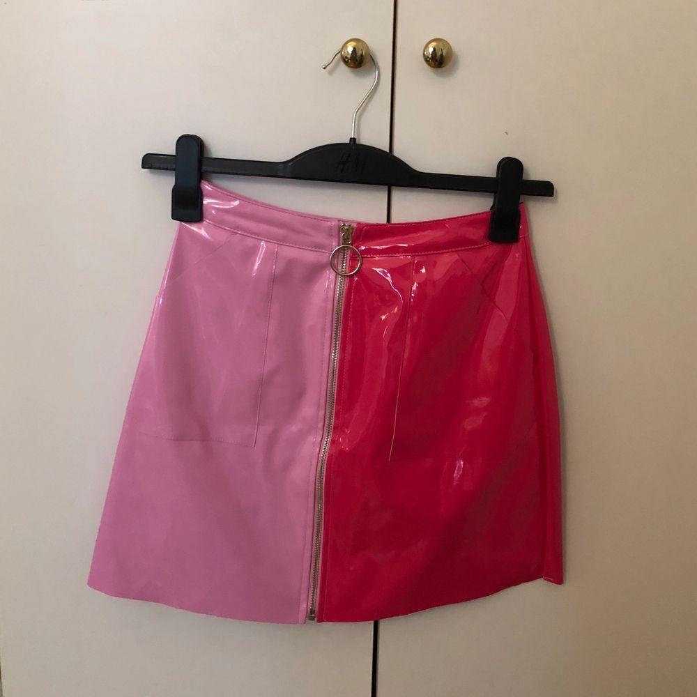 Jättefin kjol i storlek 34! Med halva sidan babyrosa och andra sidan mörkare rosa. Frakt tillkommer på 49kr om den ska fraktas. Vänligen respektera att jag ej har möjlighet till att skicka fler bilder då jag är mitt i en flytt! . Kjolar.