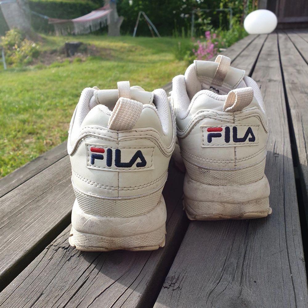Mina älskade äkta Fila sneakers, väl använda men i bra skick. Snyggt slitna. Frakt tillkommer (66 kr). Samfraktar självklart om du köper mer! . Skor.