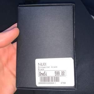 Secrid plånbok helt ny och oanvänd , den har Korthållare. Den är gjort av skinn, svart tyg och passar för män. Ordinare priset är 599kr
