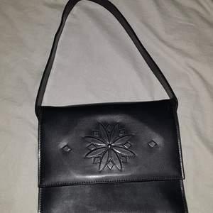 En söt liten hand väska som skulle passa perfekt till allt, den rymmer allt man brukar ha med sig ut, telefon, nycklar, laddare o pengar. Har använd den endast 1 gång.
