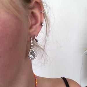 Superfina örhängen med diamantimitation 💎💎