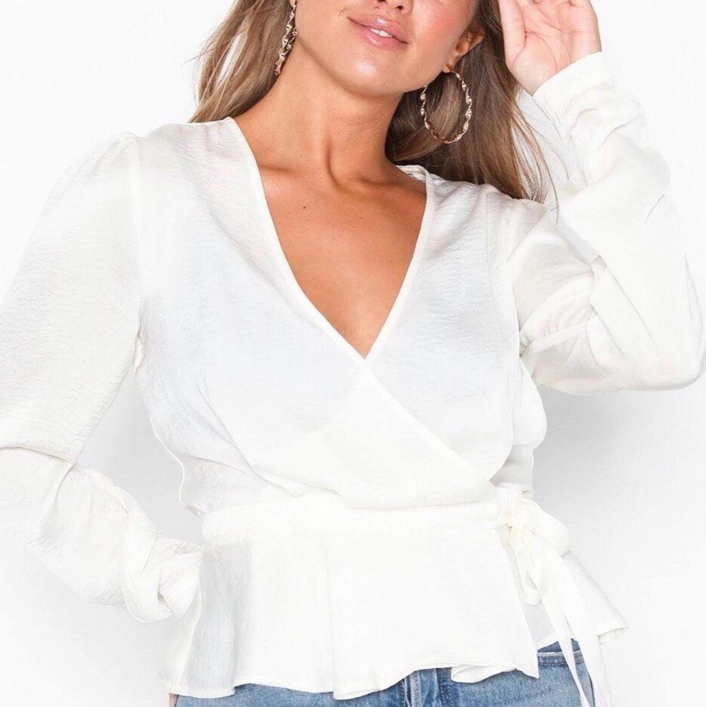 En fin blus som aldrig är använd utan bara provad. Säljes pga att den är för stor för mig. Säljer för 100kr plus frakt. Blusen ska vara creme färgad. ( ostryckt i bilden). Toppar.