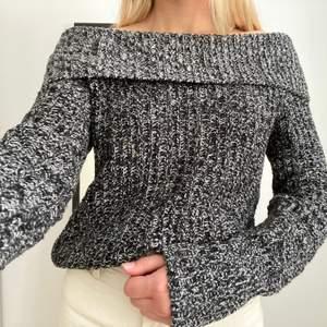 Stickad svartvit off-shoulder tröja. Superfin men säljer för att den inte kommer till användning. Från Kappahl (rükie) i storlek 170 och passar XS och S. Frakt 63kr spårbart💖💖