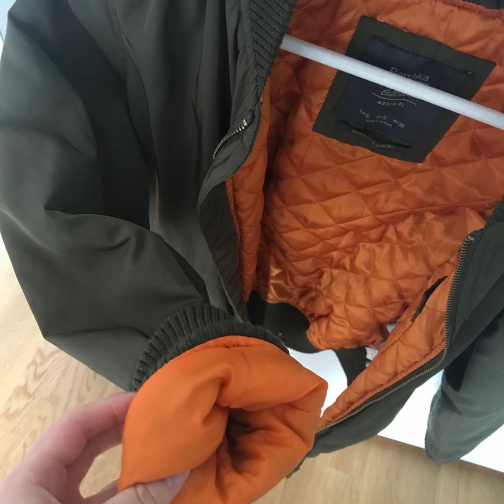 Militärgrön jacka från bershka med orange foder. Strl S. Använd men i bra skick. Frakt tillkommer⚡️. Jackor.
